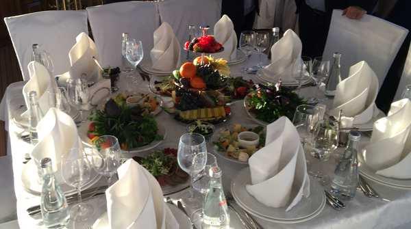 Essen am Arbeitsplatz verboten – russische Unternehmen setzen auf Strafen gegen ihre Mitarbeiter
